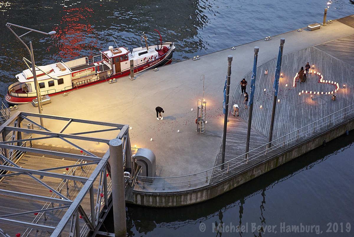 Romantischer Heiratsantrag auf dem Ponton im Sandtorhafen
