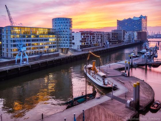 Sandtorhafen und Elbphilharmonie im Sonnenuntergang - Blick aus der Harbour-Hall