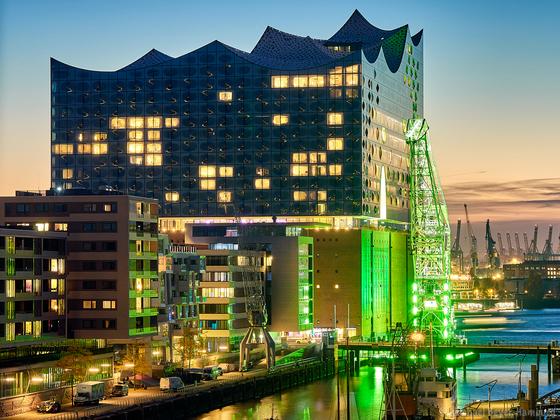 Elbphilharmonie im grünen Licht - 70 Jahre Hamburger Abendblatt